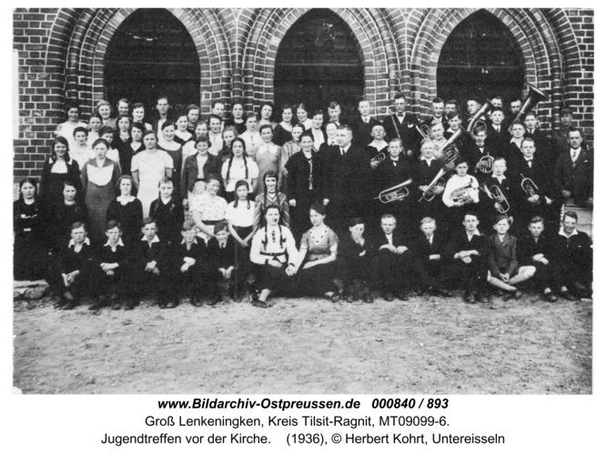 Groß Lenkenau, Jugendtreffen vor der Kirche