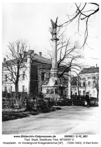 Tilsit, Hospitalstr., im Vordergrund Kriegerdenkmal