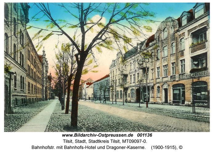 Tilsit, Bahnhofstr. mit Bahnhofs-Hotel und Dragoner-Kaserne