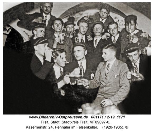 Tilsit, Kasernenstr. 24, Pennäler im Felsenkeller