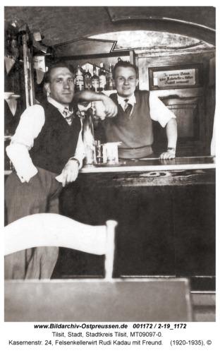 Tilsit, Kasernenstr. 24, Felsenkellerwirt Rudi Kadau mit Freund
