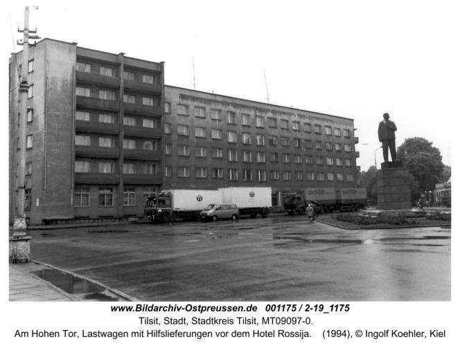 Tilsit, Am Hohen Tor, Lastwagen mit Hilfslieferungen vor dem Hotel Rossija