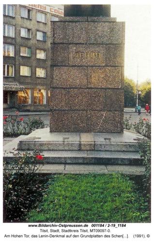 Tilsit, Am Hohen Tor, das Lenin-Denkmal auf den Grundplatten des Schenkendorf-Denkmals