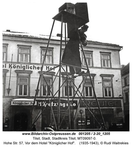 "Tilsit, Hohe Str. 57, Vor dem Hotel ""Königlicher Hof"""