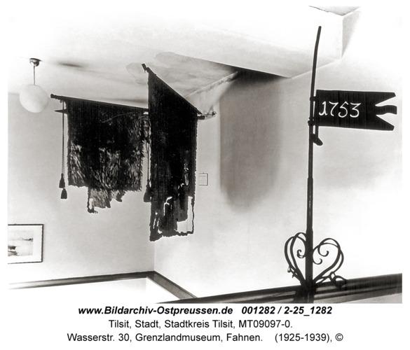Tilsit, Wasserstr. 30, Grenzlandmuseum, Fahnen