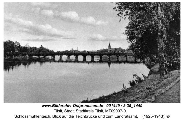 Tilsit, Schlossmühlenteich, Blick auf die Teichbrücke und zum Landratsamt