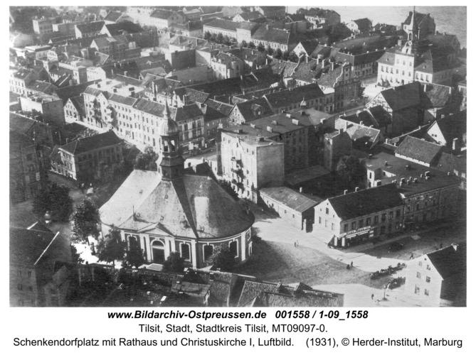Tilsit, Schenkendorfplatz mit Rathaus und Christuskirche I, Luftbild