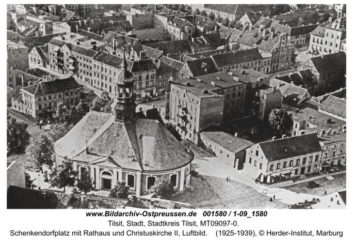 Tilsit, Schenkendorfplatz mit Rathaus und Christuskirche II, Luftbild