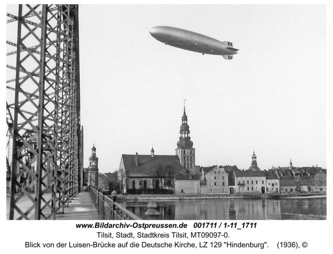 """Tilsit, Blick von der Luisen-Brücke auf die Deutsche Kirche, LZ 129 """"Hindenburg"""""""