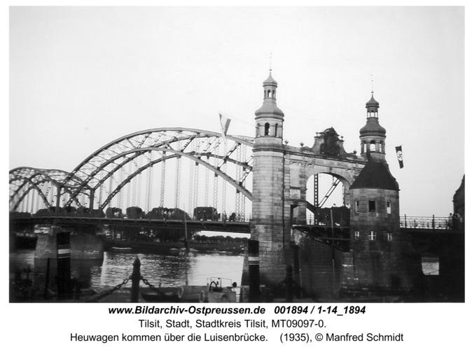 Tilsit, Heuwagen kommen über die Luisenbrücke