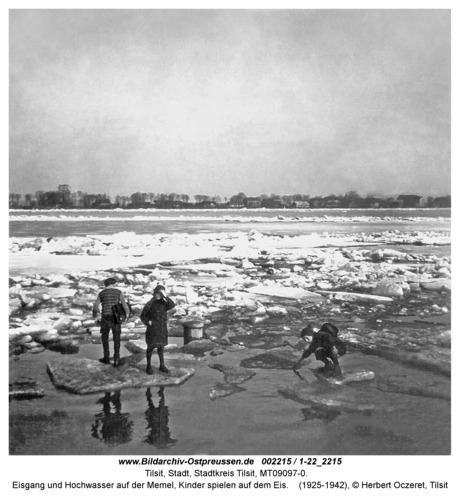 Tilsit, Eisgang und Hochwasser auf der Memel, Kinder spielen auf dem Eis