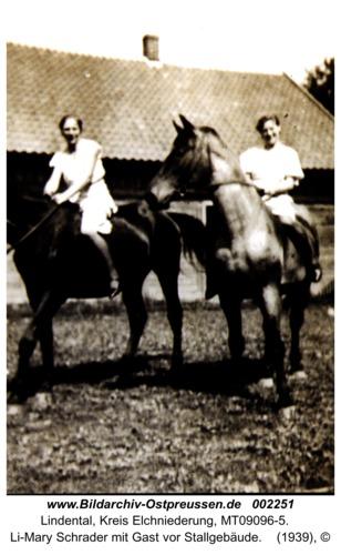 Lindental, Li-Mary Schrader mit Gast vor Stallgebäude