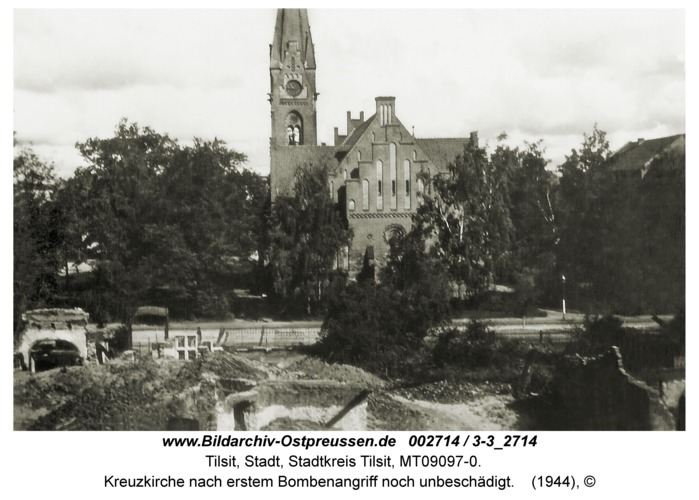 Tilsit, Kreuzkirche nach erstem Bombenangriff noch unbeschädigt