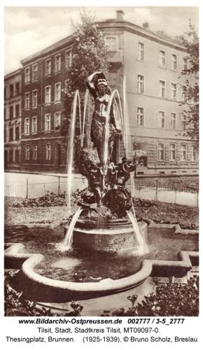 """Tilsit, Thesingplatz, Brunnen """"Die eiserne Jungfrau"""""""