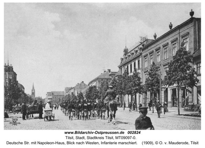 Tilsit, Deutsche Str. mit Napoleon-Haus, Blick nach Westen, Infanterie marschiert