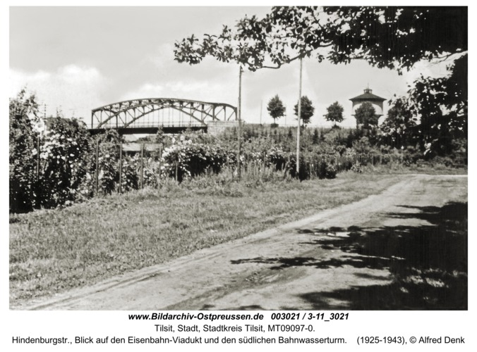 Tilsit, Hindenburgstr., Blick auf den Eisenbahn-Viadukt und den südlichen Bahnwasserturm