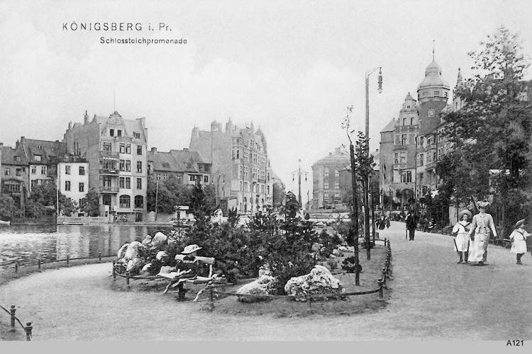 Königsberg, Schloßteichpromenade mit Spaziergängern