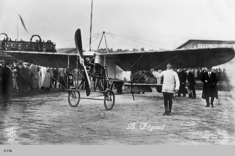 Der bekannte französische Flieger Adolphe Pégoud mit einem Blériot XI Eindecker, wo??