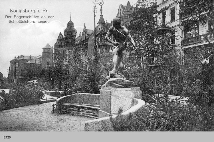 Königsberg, Der Bogenschütze an der Schloßteichpromenade, von rechts