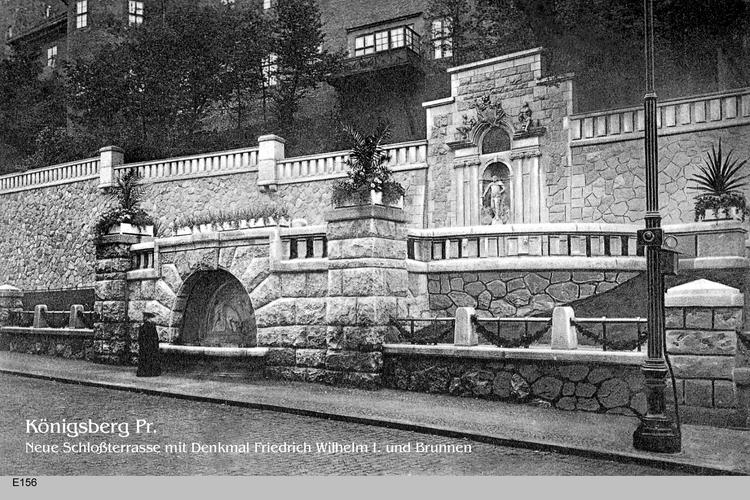 Königsberg, Neue Schloßterrasse mit Denkmal Friedrich Wilhelm I. und Brunnen