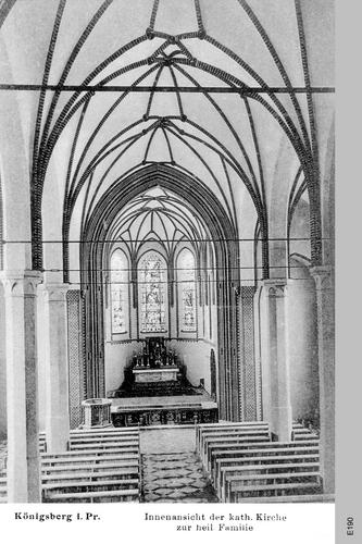 Königsberg, Katholische Kirche zur Heiligen Familie, Altarraum und Taufstein