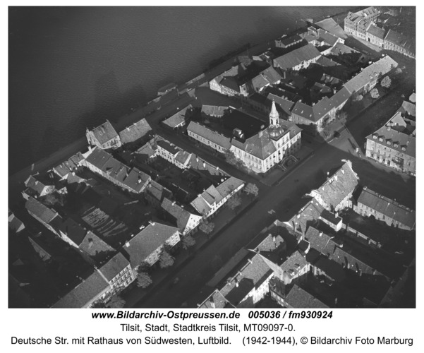 Tilsit, Deutsche Str. mit Rathaus von Südwesten, Luftbild