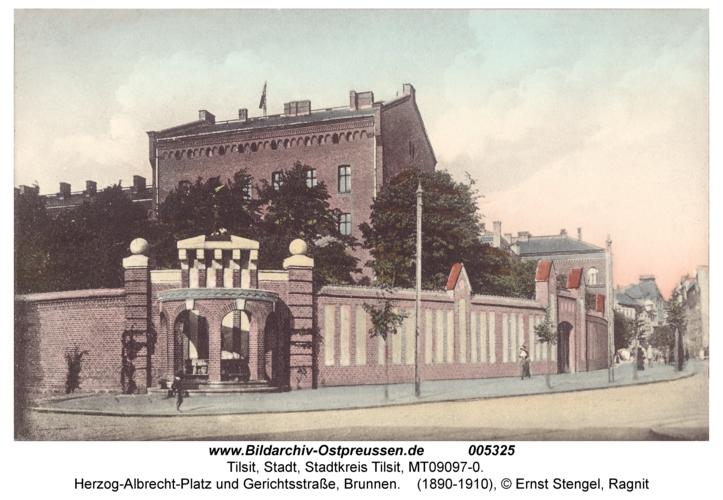 Tilsit, Herzog-Albrecht-Platz und Gerichtsstraße, Brunnen