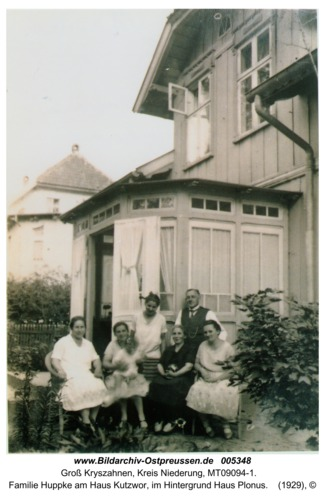 Groß Kryszahnen, Familie Huppke am Haus Kutzwor, im Hintergrund Haus Plonus