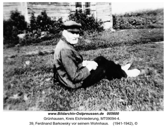 Grünhausen, 39, Ferdinand Barkowsky vor seinem Wohnhaus