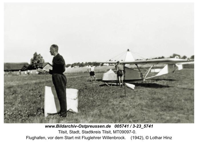 Tilsit-Teichort, Flughafen, vor dem Start mit Fluglehrer Willenbrock