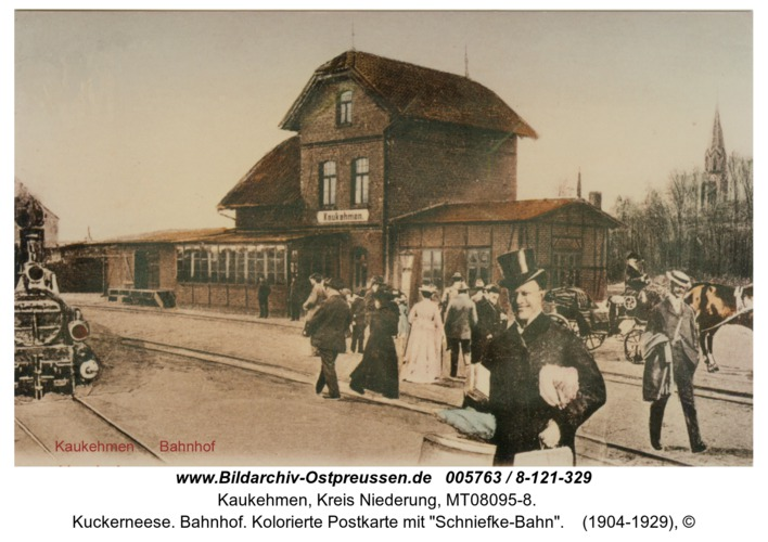 "Kuckerneese. Bahnhof. Kolorierte Postkarte mit ""Schniefke-Bahn"""