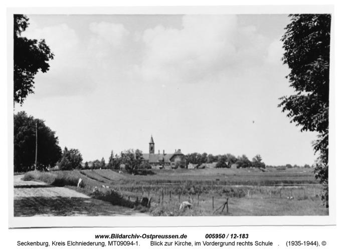 Seckenburg, Blick zur Kirche, im Vordergrund rechts die Schule