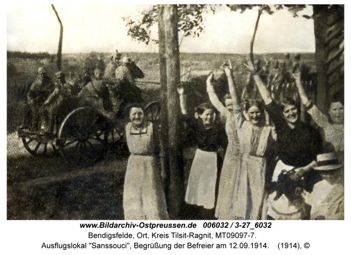 """Bendigsfelde, Ausflugslokal """"Sanssouci"""", Begrüßung der Befreier am 12.09.1914"""