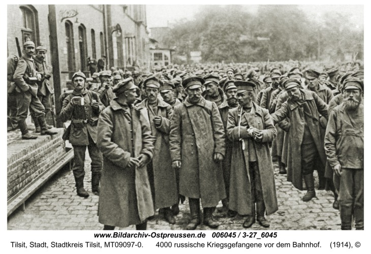 Tilsit, 4000 russische Kriegsgefangene vor dem Bahnhof