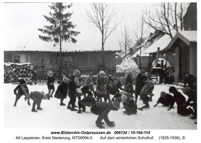 Rauterskirch, auf dem winterlichen Schulhof