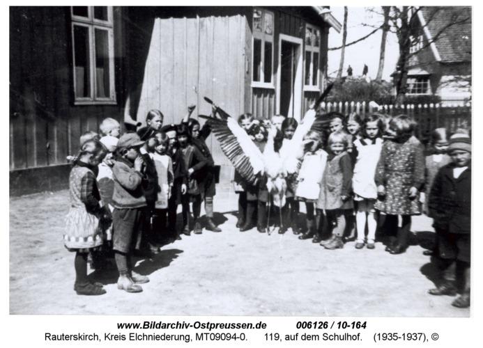 Rauterskirch, 119, auf dem Schulhof