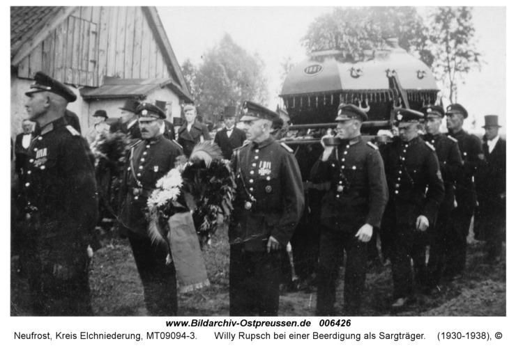 Neufrost, Willy Rupsch bei einer Beerdigung als Sargträger