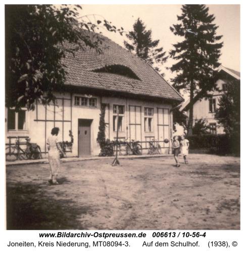 Gilgenfeld, auf dem Schulhof