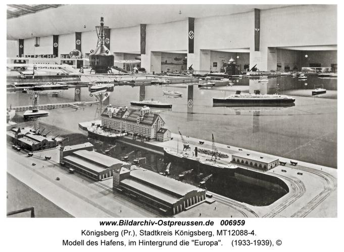 """Königsberg, Modell des Hafens, im Hintergrund die """"Europa"""""""