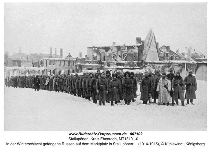 Ebenrode (fr. Stallupönen), In der Winterschlacht gefangene Russen auf dem Marktplatz in Stallupönen