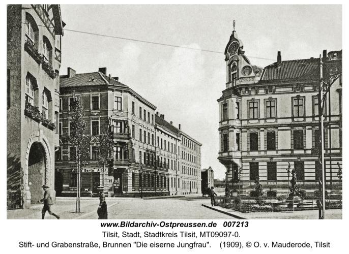 """Tilsit, Stift- und Grabenstraße, Brunnen """"Die eiserne Jungfrau"""""""