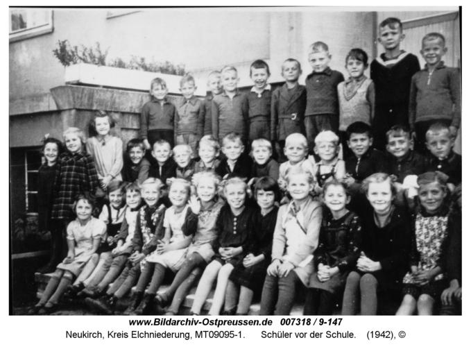 Neukirch, Schüler vor der Schule
