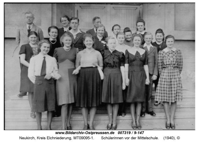 Neukirch, Schülerinnen vor der Mittelschule