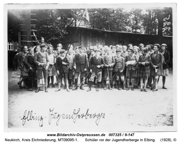 Neukirch 143, Schüler vor der Jugendherberge in Elbing