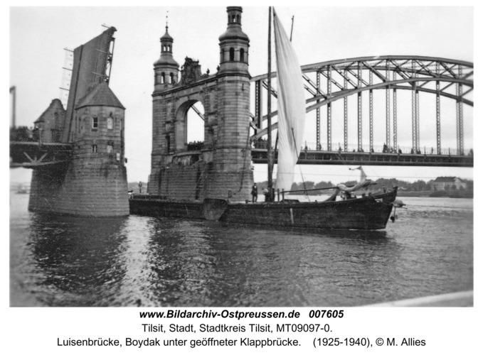 Tilsit, Luisenbrücke, Boydak unter geöffneter Klappbrücke