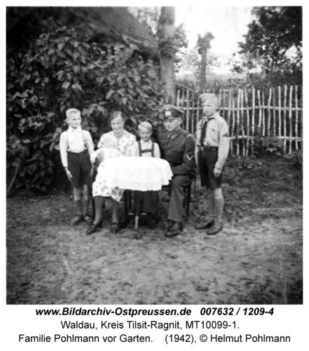 Waldau, Familie Pohlmann vor Garten