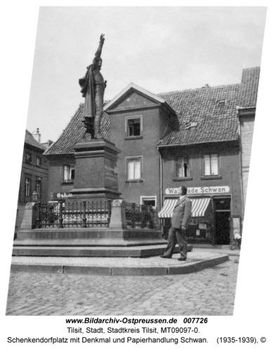 Tilsit, Schenkendorfplatz mit Denkmal und Papierhandlung Schwan