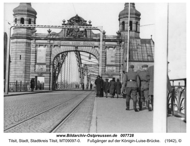 Tilsit, Fußgänger auf der Königin-Luise-Brücke
