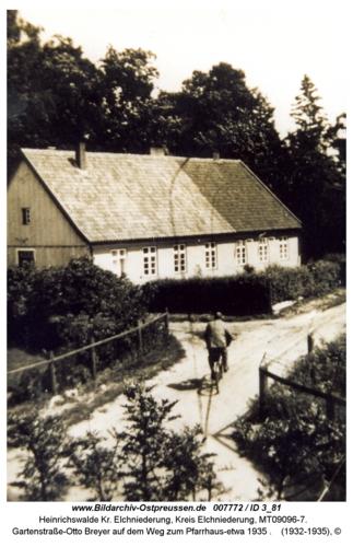 Heinrichswalde, Gartenstraße, Otto Breyer auf dem Weg zum Pfarrhaus-etwa 1935