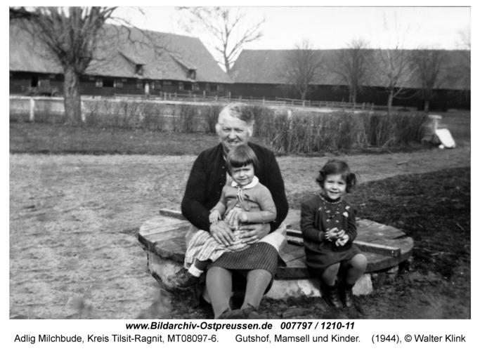 Adlig Milchbude, Gutshof, Mamsell und Kinder